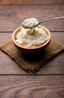 Домашнее белое масло или махан или макхан на хинди, подается в миске. выборочный фокус