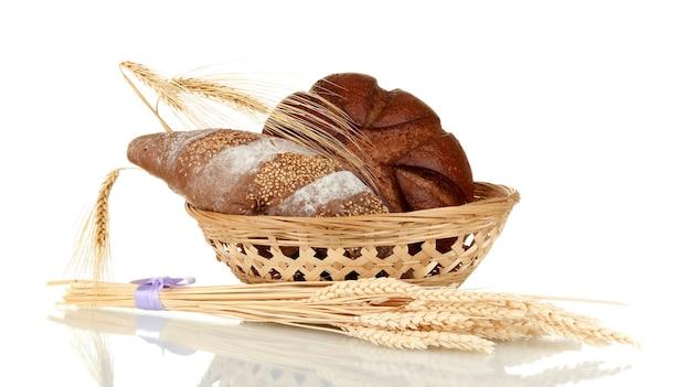 흰색 배경에 고립 된 집에서 전체 빵