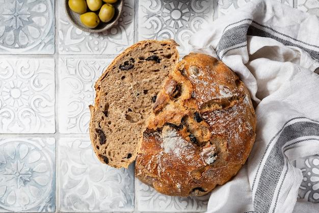 Домашний цельнозерновой средиземноморский хлеб с оливками и орегано