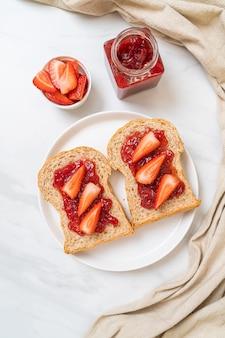 딸기 잼과 신선한 딸기로 만든 통밀 빵