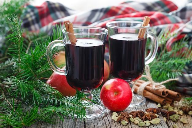 テーブルの上の食材を使った自家製冬ホットワイン