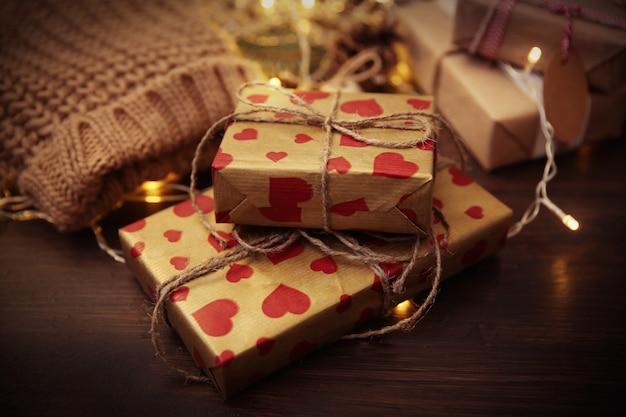 テーブルの上の自家製の包まれたクリスマスプレゼント