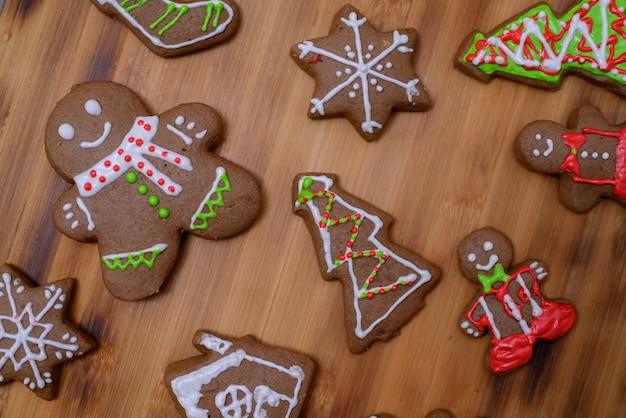크리스마스와 새해 복 많이 받으세요. 집에서 겨울 방학에 친구와 가족과 함께 진저브레드를 요리하는 여자.