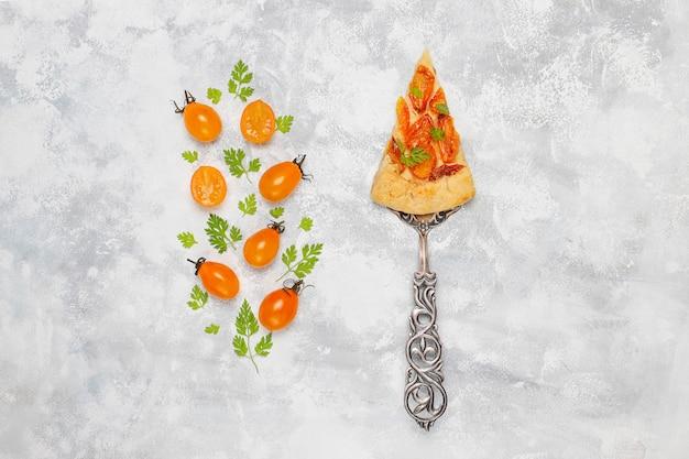 Домашний желтый вишневый галет пирог на серый свет, вид сверху, для копирования или текста