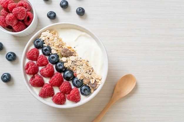 Домашний йогурт с малиной, черникой и мюсли - стиль здорового питания
