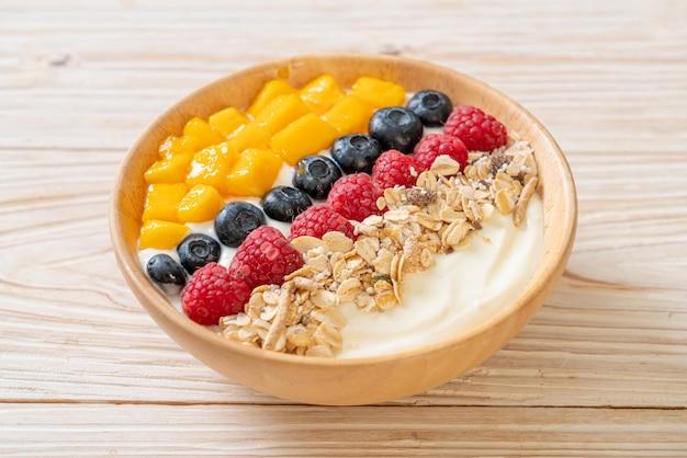 Мисочка для домашнего йогурта с малиной, черникой, манго и мюсли - стиль здорового питания