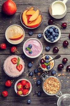 나무 배경, 평면도에 만든 요구르트. 건강 식품, 다이어트, 해독, 깨끗한 식사 또는 채식 개념.