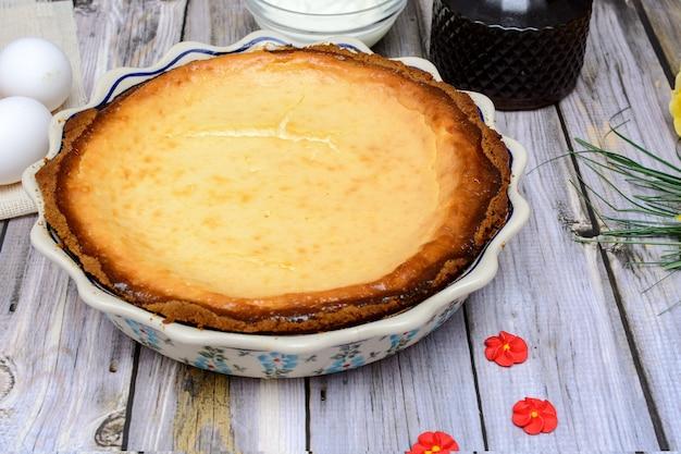 木製のテーブルに自家製ヨーグルトパイ