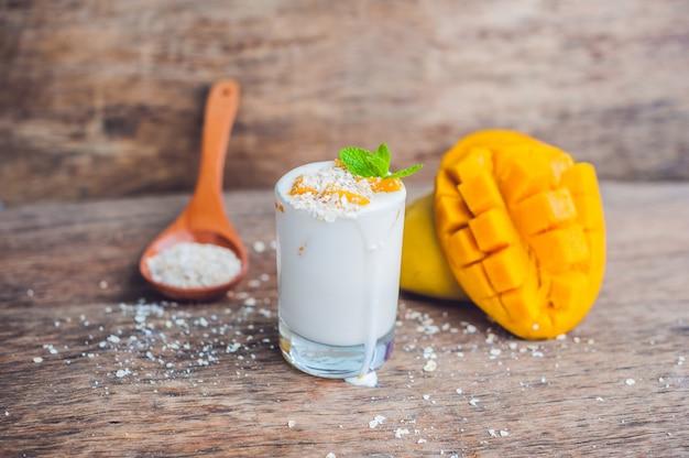 Домашний йогурт со свежими ломтиками манго