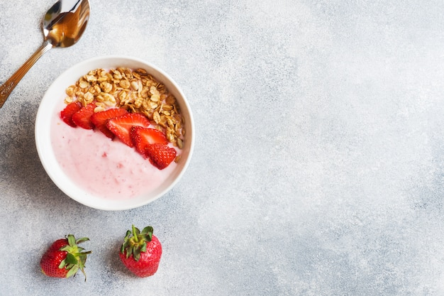 Homemade yogurt with fresh strawberries and muesli. the concept of a healthy breakfast. copy space.
