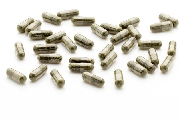 Гомеопатические таблетки, альтернативная медицина. на белом фоне.