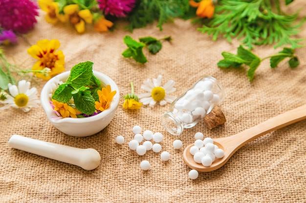 Гомеопатия, растительные экстракты в маленьких бутылочках.