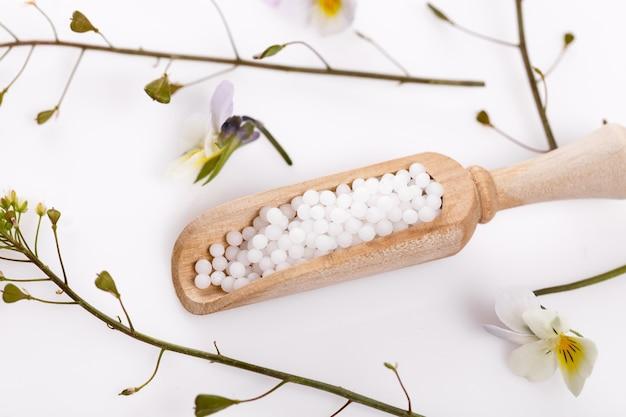 ホメオパシー。ホメオパシー医学によるホメオパシーの概念。ホメオパシーボールでハーブや花、バイアルを癒します。