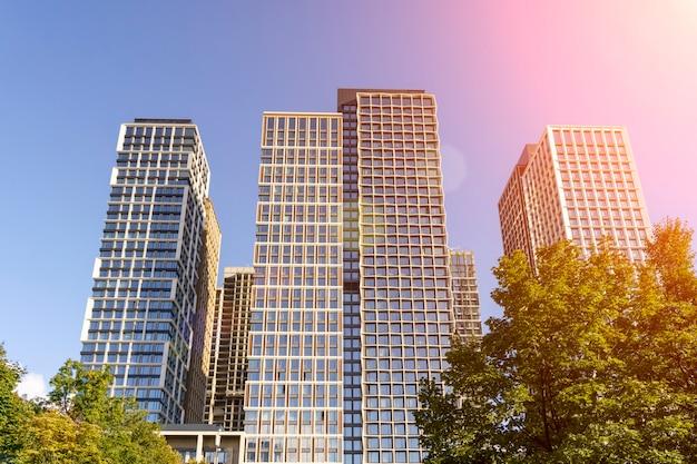 日光の青い空を背景にした高級住宅アパートの住宅ビジネス不動産のコンセプト...