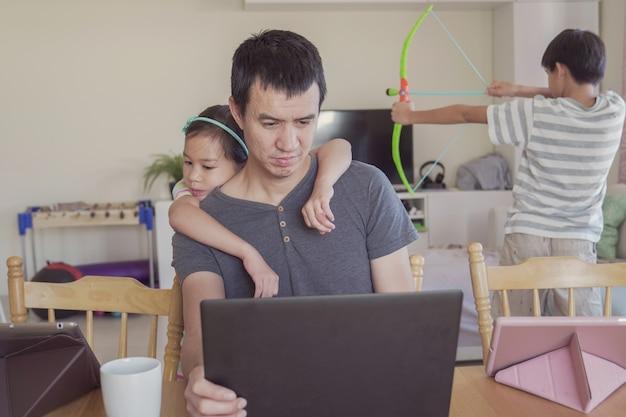 Отец работает из дома с детьми. homeschooling, остаться дома, социальное дистанцирование во время изоляции карантин коронавирус, концепция внештатной работы