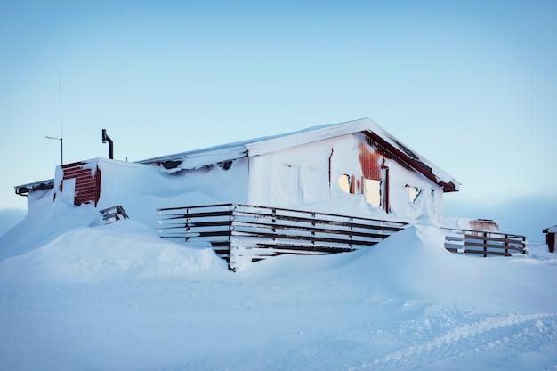 아이슬란드의 강한 겨울 눈보라 후 눈으로 뒤덮인 농가