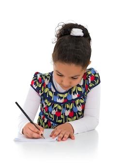 白い背景で隔離の宿題の少女