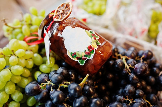 Фляга hommemade с виноградом на полке супермаркета или гастронома.