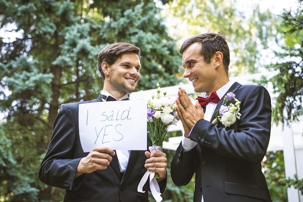 Гомосексуальная пара празднует собственную свадьбу - пара лгбт на свадебной церемонии, концепции инклюзивности, лгбт-сообщества и социальной справедливости
