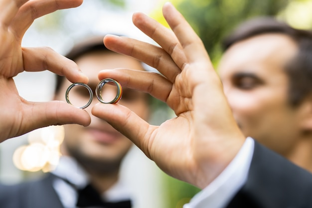 자신의 결혼식을 축하하는 동성애 커플 - 결혼식에서 lbgt 커플, 포용성에 대한 개념, lgbtq 커뮤니티 및 사회적 형평성