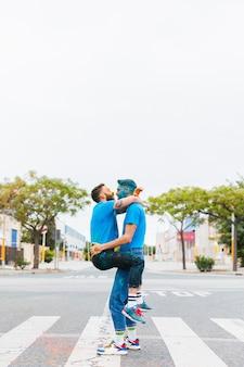 同性愛者のカップルがホーリー祭を抱いて