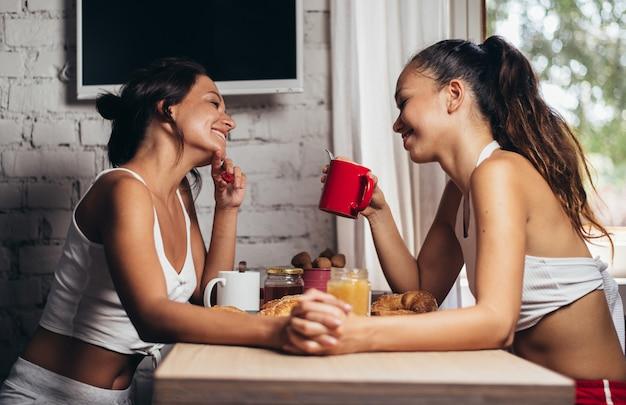 Гомосексуальные пары образ жизни моменты дома. концептуальное фото о гомосексуализме