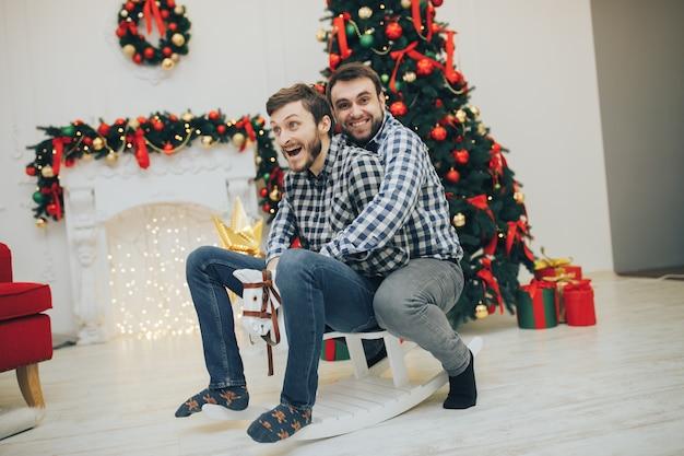 Гомосексуальная пара партнеров нетрадиционной ориентации.