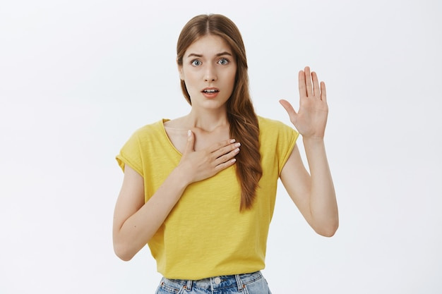 Честная молодая девушка говорит правду, ругается или умоляет