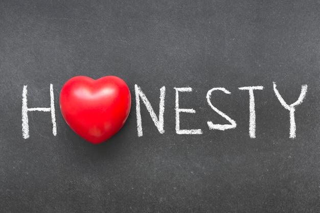 Слово честности, написанное от руки на доске с символом сердца вместо o