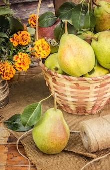Мед и фрукты. выборочный фокус. био еда. Premium Фотографии