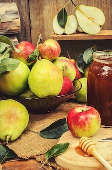 Мед и фрукты. выборочный фокус. био еда.
