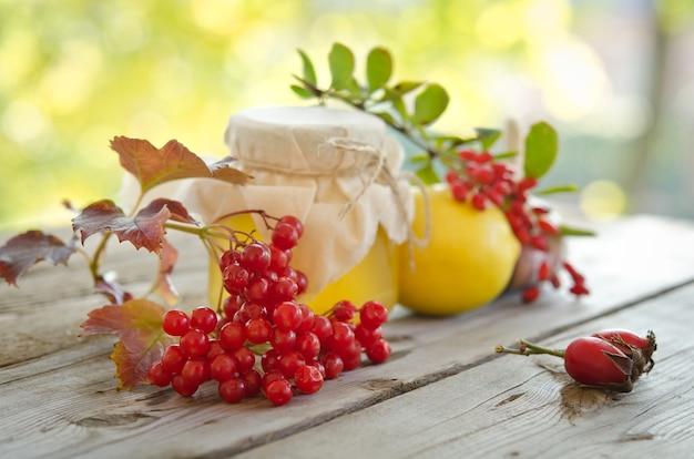 蜂蜜と他の冬の煙道のための自然医学、木製のテーブル