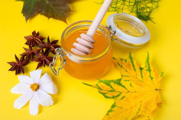 허브의 꿀과 차 약용 컬렉션입니다. 향긋한 타이가 허브와 드라이 베리