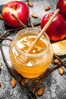 蜂蜜の背景。リンゴとナッツの蜂蜜。素朴な背景に。