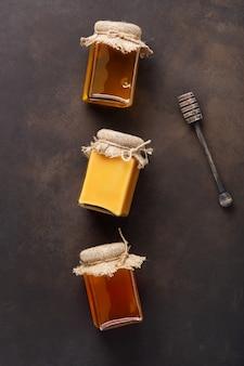 Медовый фон. сладкий мед, стеклянная банка. на деревянном фоне.