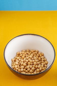 깊은 그릇에 노란색과 우유에 다른 곡물의 꿀 공