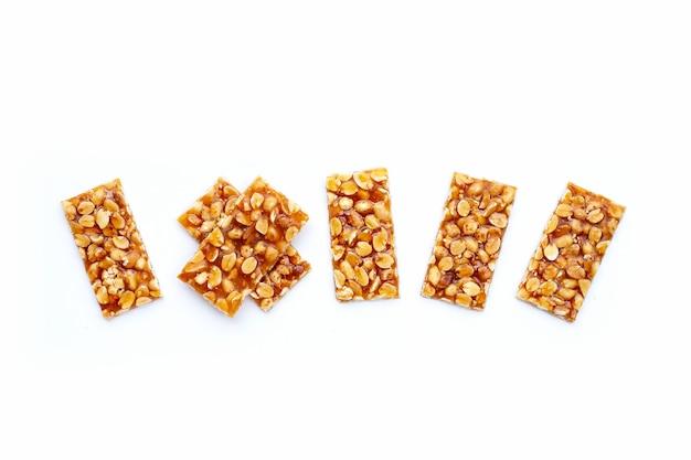 Медовые батончики с арахисом на белой поверхности