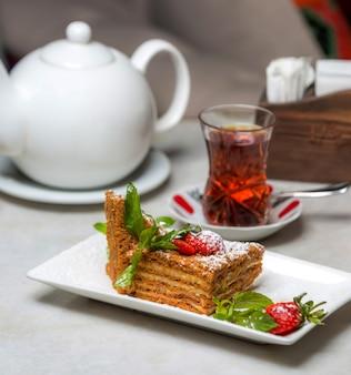 テーブルの上の紅茶と蜂蜜ケーキ