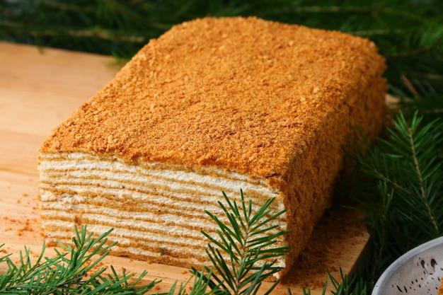 スプルースのクローズ アップが付いている木の蜂蜜のケーキ