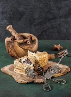 Медовик со специями и старинными кухонными принадлежностями. сладкая еда