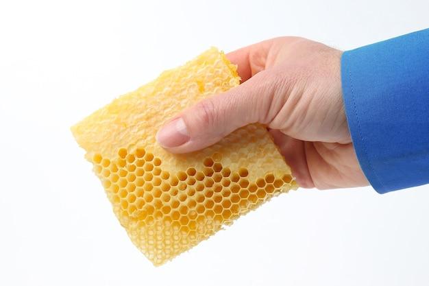 흰색 바탕에 손에 꿀 빗입니다. 건강 및 비타민 식품