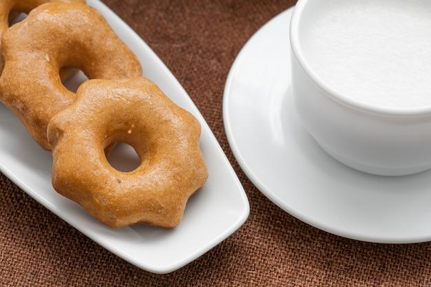 Медовое печенье на тарелке и чашка молока