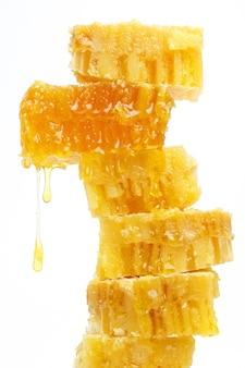 밝은 배경에 넓어짐에서 흐르는 꿀. 건강 및 비타민 식품