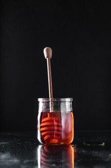 Мед, свежее сладкое угощение, залить или приготовить десерт