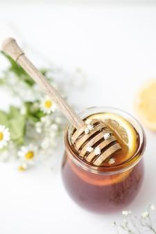 Miele in vetro sul tavolo