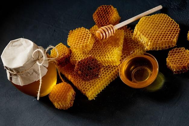 블랙 테이블에 꿀 벌집
