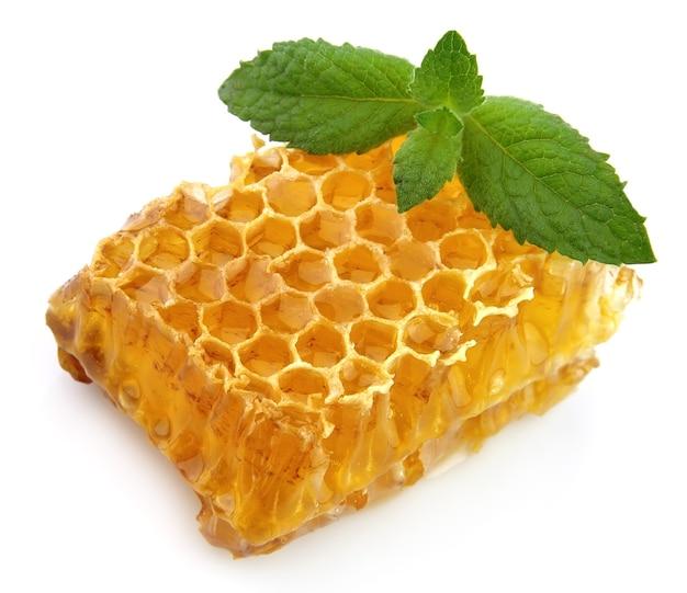 Медовые соты с мятой крупным планом