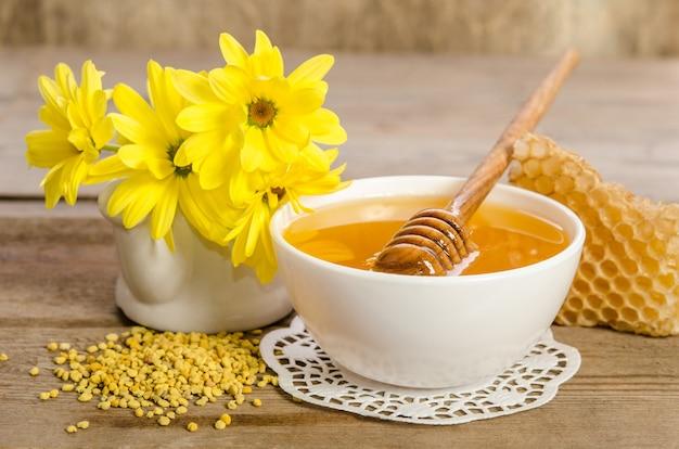 ディッパー付きボウルの蜂蜜