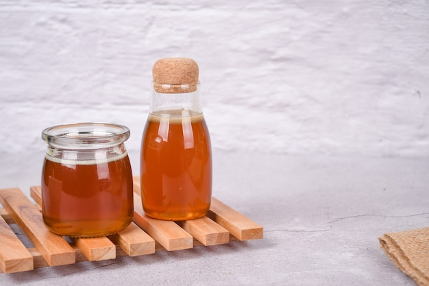 白い背景の上のガラスの瓶の蜂蜜コピースペース
