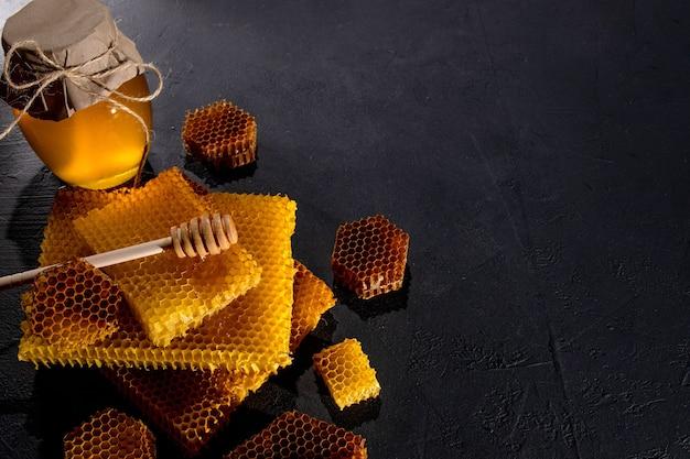 瓶の中の蜂蜜とハニカム